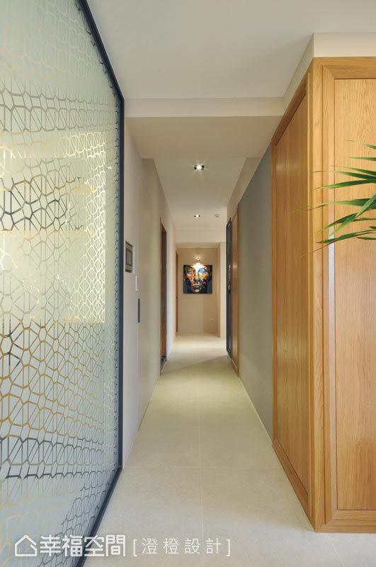 左侧立面为夹纱玻璃的穿透感屏风,右侧立面则使用钢刷木皮呈现休闲感,上方并以线板框围塑,让不同美感交错融合。