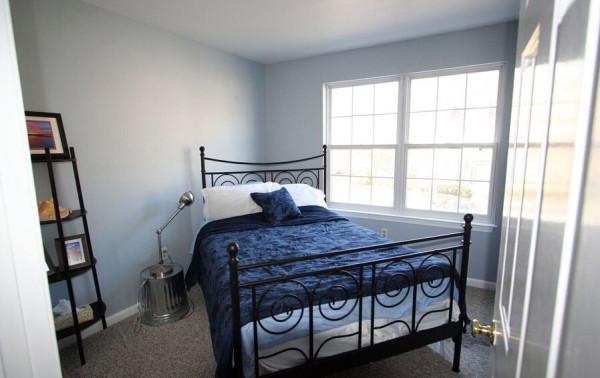 卧室力求简洁舒适,没有安放电视机,把更大的空间给了衣柜。