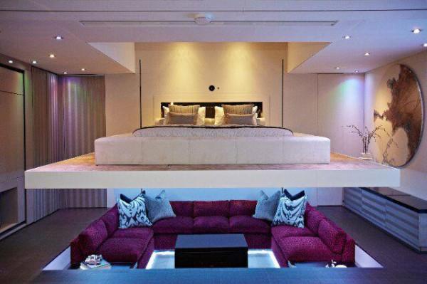 触摸按钮,是一个可升降的床,同一个空间,通过设计可变成卧室或是一个家庭影院。