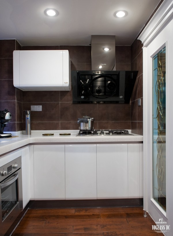 厨房在美国人眼中一般是开敞的(由于其饮食烹饪习惯),同时需要有一个便餐台在厨房的一隅,还要具备功能强大又简单耐用的厨具设备,如水槽下的残渣粉碎机,烤箱等