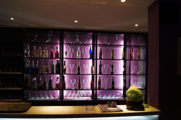 通过紫色营造神秘、浪漫、暖味的西式酒吧大氛围;大厅顶部采用了4幅大尺寸的油画写真喷绘,并将原画中添加了紫色、蓝色、红色,让画品的视觉效果呼应环境主题