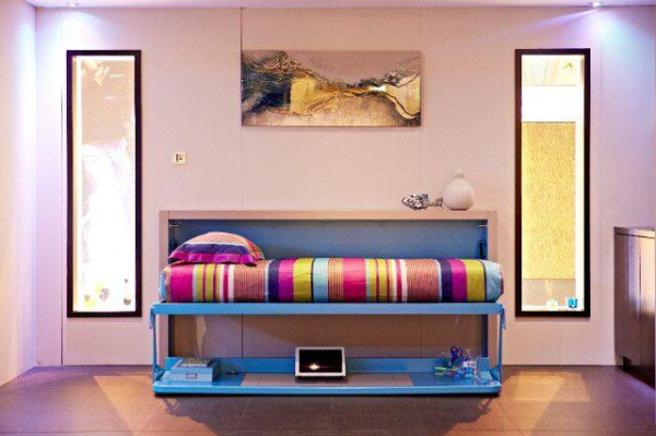 利用科技创造一切的空间,进门硕大的下沉式客厅,艳丽的沙发颜色和深色的地板白色的墙壁,形成一种现代豪华感。