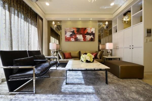 设计师以灯光、材质、线面铺陈客厅,沙发背墙构置了茶镜与壁灯,赋予新古典的对称美感。