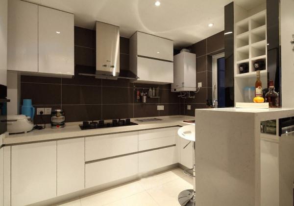 干净整洁的厨房,橱柜的空间还是非常充足的。