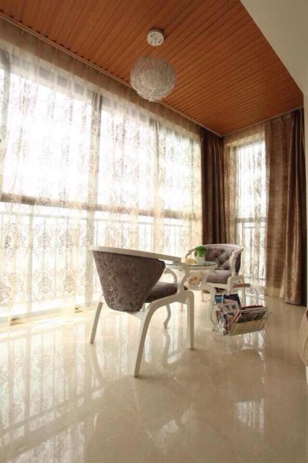 镂空窗户做的墙壁是一大亮点,既能保证客厅采光通风,又关不住思考者的灵感,若想写诗,这便是书房,主人便是诗人。