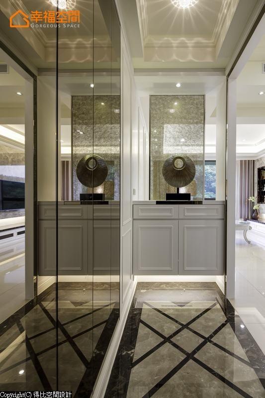 入门后,左侧立面以茶镜切割表现,映衬着黑金峰与波斯灰交错的地坪,端景屏风使用夹纱玻璃,自然引进户外的光线。