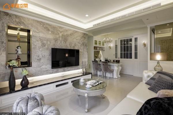演绎极致品味,视觉连贯的客、餐厅与厨房铺述新古典与现代的语汇,并以茶玻质材的拉门,区隔餐厅产生的油烟。