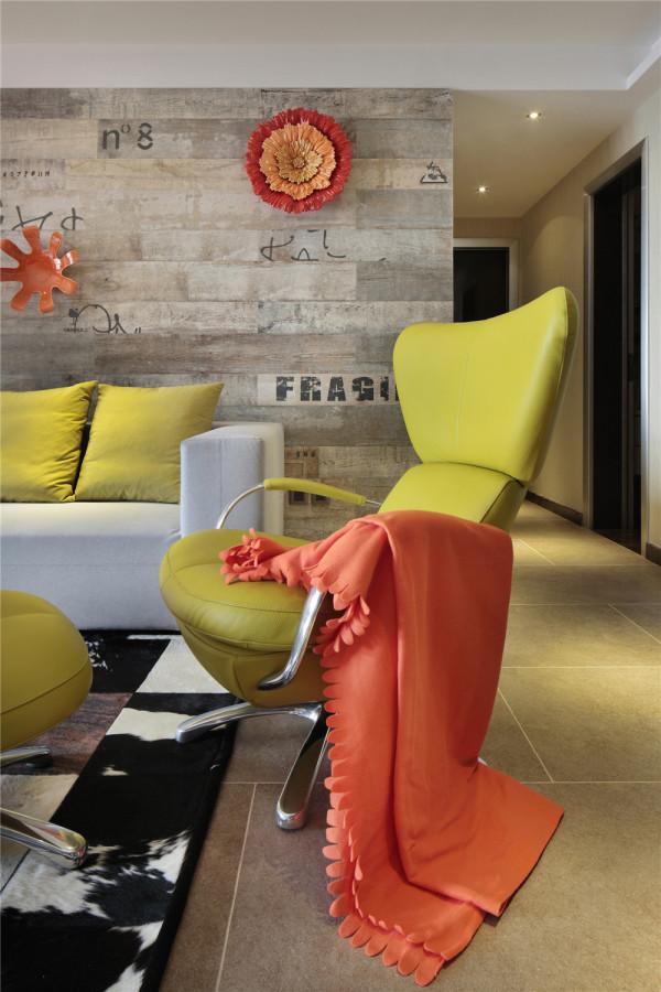 在客厅里,我们可以见到源自意大利和葡萄牙的橘色挂饰,有代表着60年代美国反叛精神的风干木墙板,也有做工一丝不苟的德国产客厅家私
