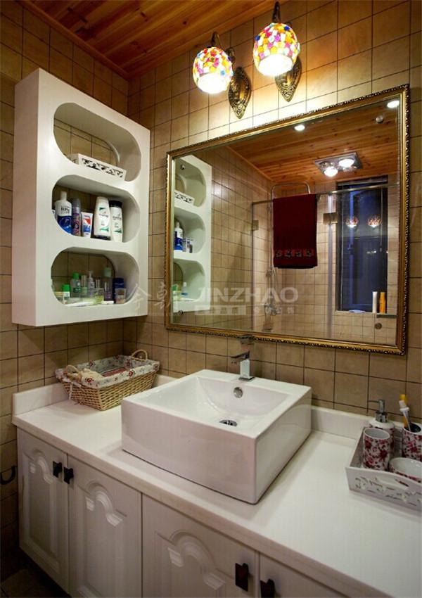 精美的彩色玻璃壁灯,白色的橱柜,整体温馨浪漫。