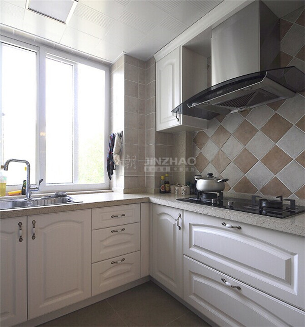 白色橱柜大理石桌面以及拼配的墙面装饰,整体效果温馨洁净。