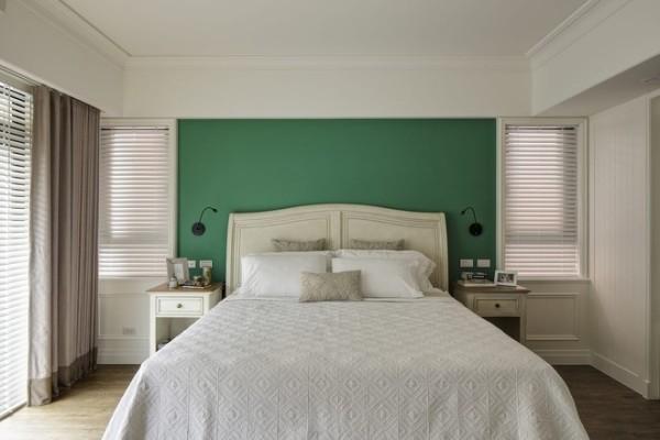 主卧室的色彩美学令人惊艳,床头墙面漂亮的浓绿,与现场微量线板、百叶窗的律动线条跳色处理,围塑出别出心裁的田园印象。