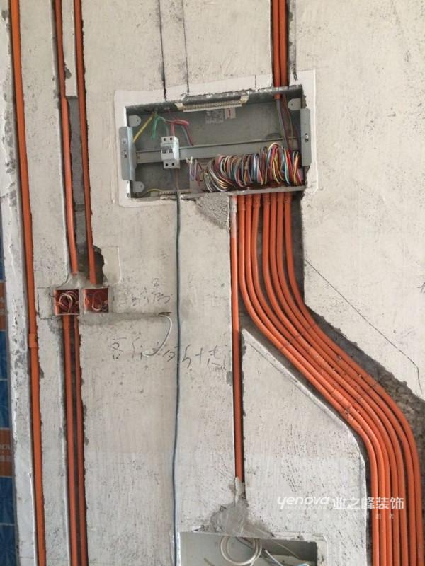 水电施工,我们用的是铝塑镀锌铁管,防火,防踩压。