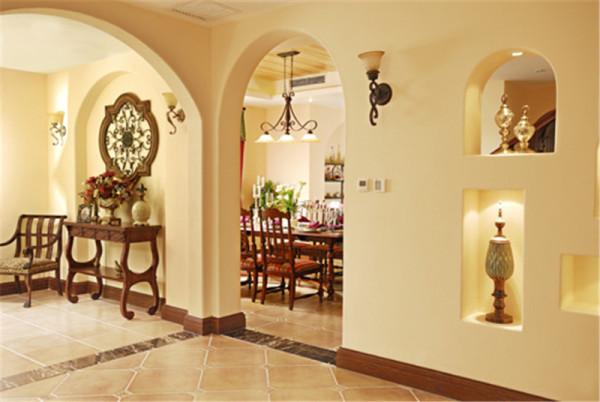 北京别墅装修——进门、客厅与餐厅之间的过渡空间。浪漫的拱形门,枝蔓造型的铁艺灯具吹来一股温馨的乡村气息。