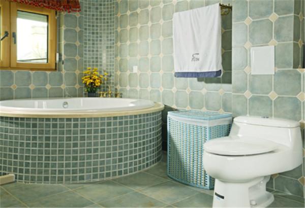 北京别墅装修——主卫。以淡蓝色为主色调,清新,沉静。在浪漫的圆形浴缸中泡澡,同时也能享受到温暖的阳光。