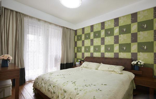 青翠是这个卧室的主题色,最吸引人的是墙纸,深度不同的绿色格子描绘着花草世界,形成强烈的对比,也让墙面充满立体感。与墙纸相配,床上四件套购买了绿草点缀的清新款式,十分赏心悦目。