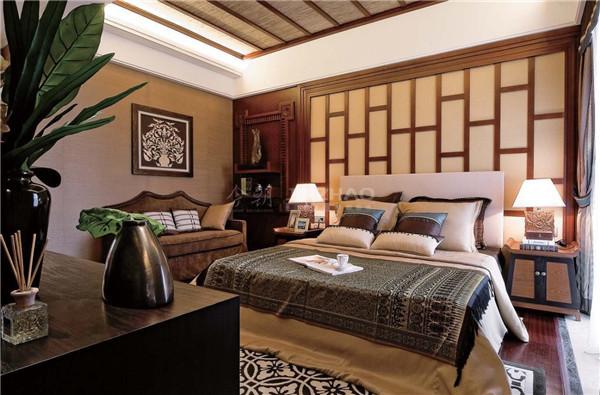 墙面的装饰画十分特别,木质背景墙的设计十分有古典韵味,以及被套上精致的花纹让这个空间更加精彩。