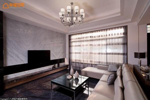 黑白对比的电视主墙面,透过带状的黑镜推拉门片设计,将恼人的总电源开关箱做了巧妙遮掩。