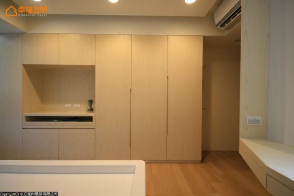 木作订制贴合空间的收纳,结合电视机柜,大容量的衣物柜以凹槽取代把手,让空间立面简洁利落。