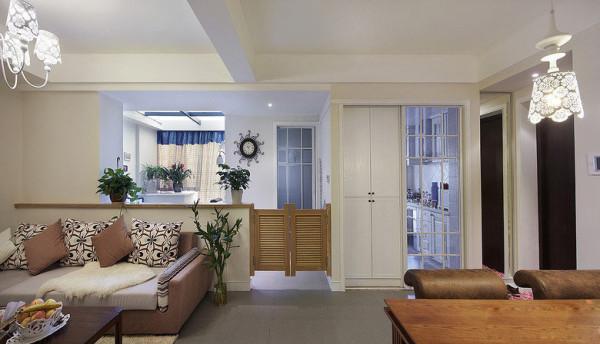 纯粹的白色墙面单调乏味,设计师精心挑选了一扇腰门,让进出书房多了一份田园趣味。