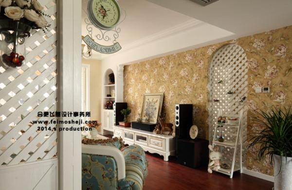 客厅外是休闲阳台,做了折叠百叶门,平时几乎是推在两边,保持充足的阳光照进客厅,因外面休闲也要偶尔遮阳,里面要在来一层窗帘会特感觉拖拉。