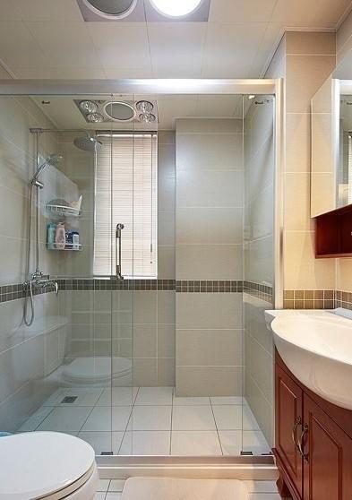 玻璃隔断门分开淋浴室和洗手台,做好干湿区的分隔。玻璃增强了卫生间的通透性,而且让空间变得灵动。