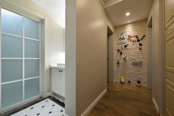 从入门处看到底是一片小小的装饰墙,设计师选用白色砖纹的墙纸可以打造出粗狂感。