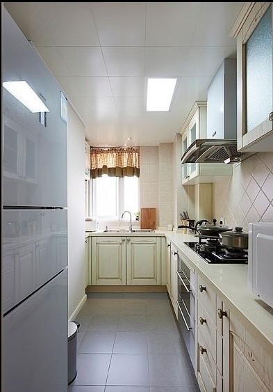 玄关的右手边是厨房,做旧的橱柜门板和菱形墙砖是要打造出田园式的烹饪环境,好让心情自由放松。