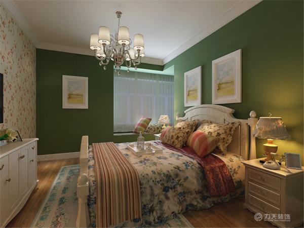 主卧室电视墙采用白色碎花壁纸,其他墙通刷绿色乳胶漆,配上白色混油的床整体体现了自然地特征。