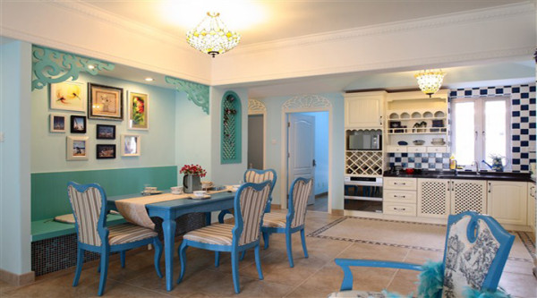 开放式厨房设计,营造出温馨的就餐环境,餐厅的固定座位,既节省了空间又让生硬的背景墙变得更实用和美观