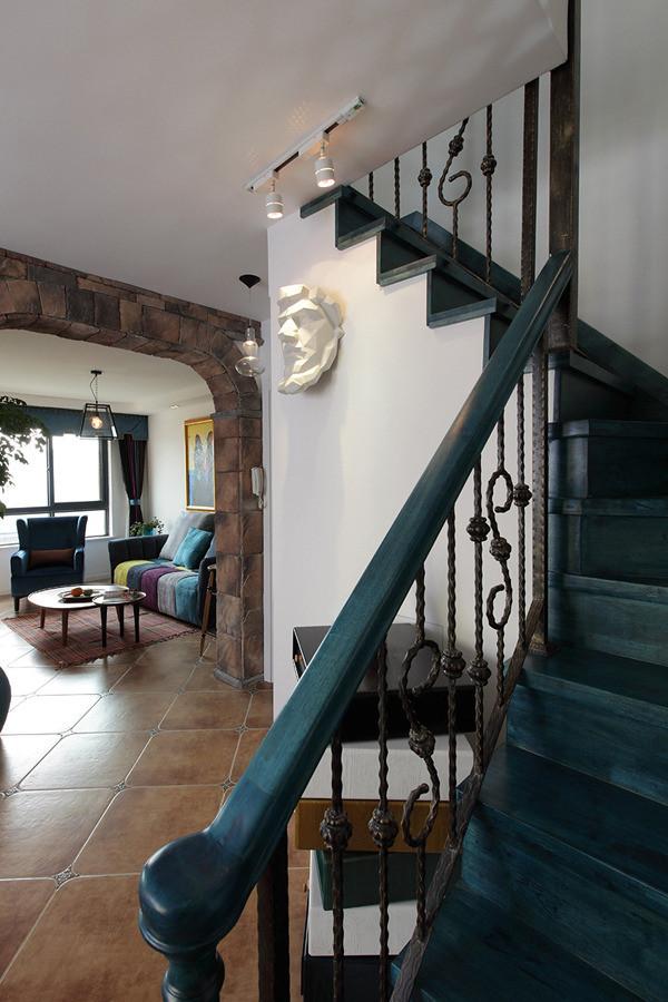 这个楼梯是用实木加铁艺结合的