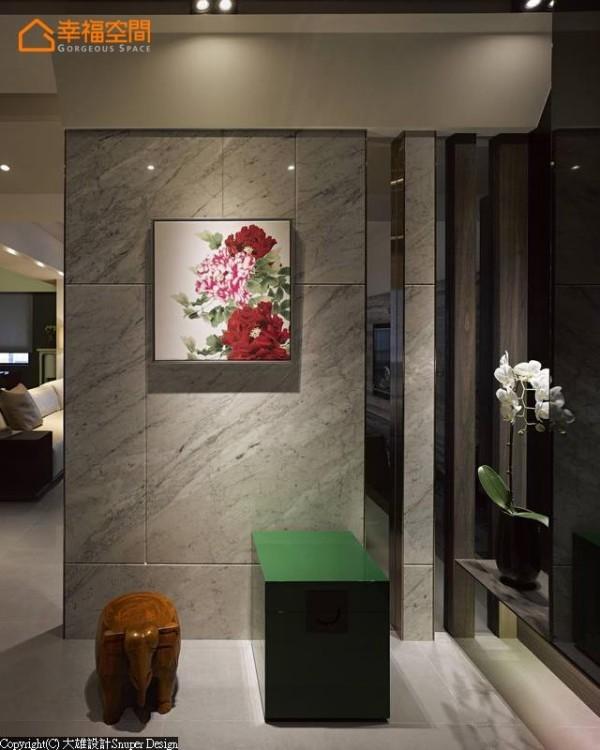 由东方风格的花卉挂画作为画龙点睛的端景点缀,壁面以卡拉拉白大理石铺陈内敛基底,而带入差异冲突感的穿鞋椅凳,则是呈现视觉融合的美感内涵。