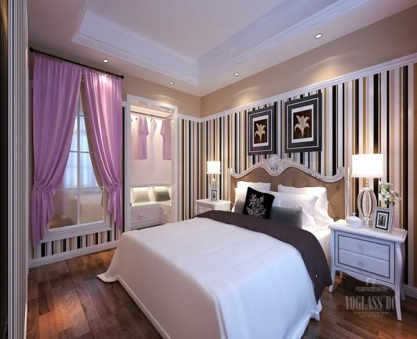 卧室的装饰浅白色吊灯,碎花壁纸,床两边放置床头柜和台灯,一方面使用方便另一方面起到装饰作用,卧室吊顶很简洁,灯光柔和,也是符合卧室设计的风格,整体感觉安静,完全符合人们作息习惯。