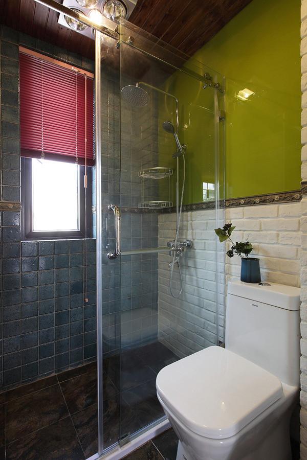 卫生间特别小,只能放置一个马桶和一个淋浴,台盆也只能放在外面。再小的地儿,也不能阻止它不平凡的性格