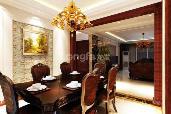 餐厅中,素雅的欧式家具置于餐厅中央,与一旁的酒柜相映成趣,别有一番欧式的浪漫气息。
