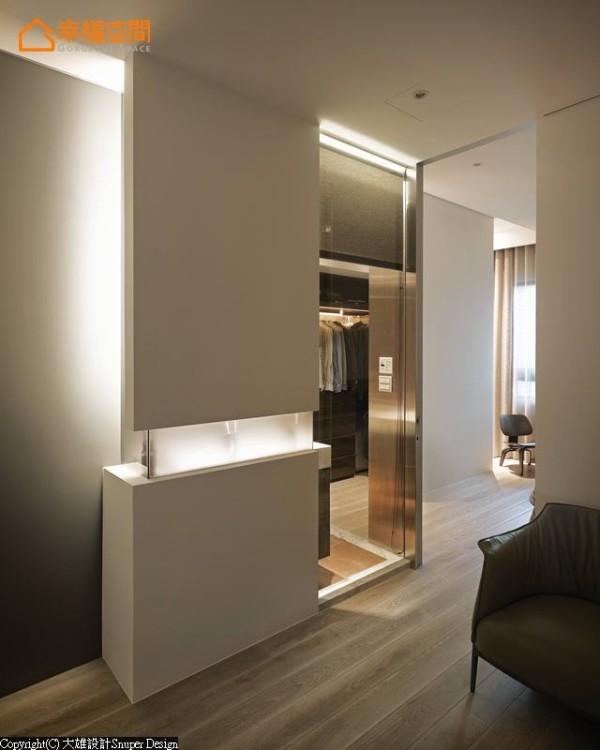 简约分割的素净白墙,藉由光雕手法呈现出层次多变的墙面效果。