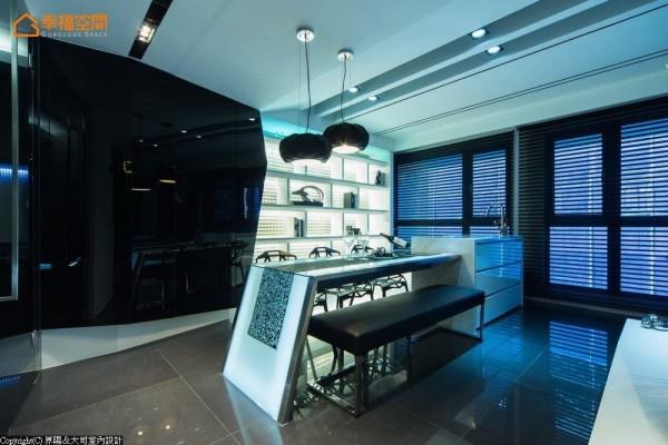 铺饰特殊玻璃底墙的白色展示柜,搭配不规则覆面的电器柜,在开放与封闭、黑与白间对比出立面层次。