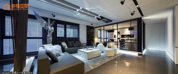 视野穿透的书房以橱窗概念呈现,除了基本的书桌、书柜外,另在窗边配置母子床设计的卧榻,拉上电动窗帘即可成为客房机能。