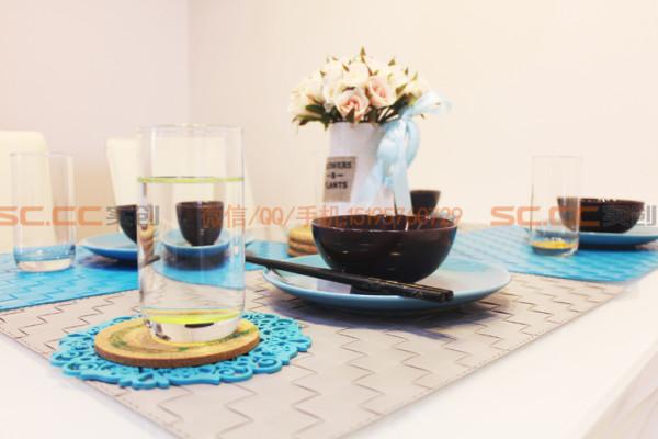 杯垫和餐桌椅颜色十分搭配