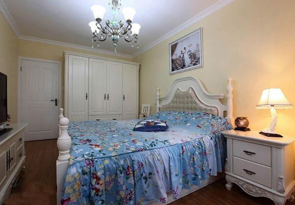 说明:卧室是比较私密的空间,提供休息的空间,在设计方面以功能为基础,颜色上以暖色为主,物品摆放的要紧凑一些,让空间感觉温馨些,这样更容易产生睡眠。