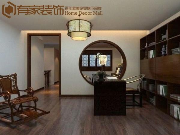 将走廊阳台打通,做成一个大书房,这里依旧也是多种风格杂糅在一起。整体布局并没有按照传统中式对称法则,家具与家具的高低错落的关系,即使是传统中式的颜色和家具,重新组合调配之后便呈现出不同的意境。