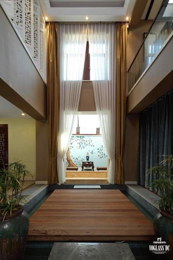 走进家门,首先出现的就是这个日式风格的门厅,或者说走廊。提高的空间设计带来深邃的视觉享受,巨幅的窗帘与窗纱拥有夺人眼球的效果。然而最吸引人的则是正前方那充满日式情节的壁画,清新淡雅,让人无法止步。