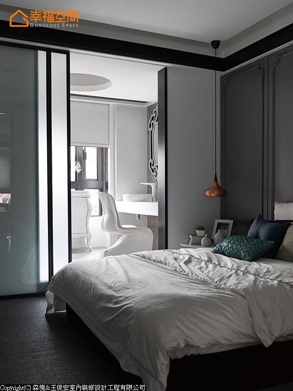 设计师特别将卫浴梳化区配置于采光窗边,保留卧眠时的安静纯粹。