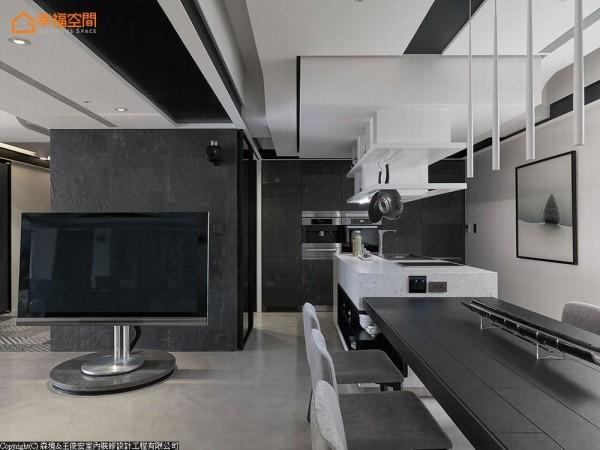 设计师依照喜爱烹饪的男主人需求,量身订制顶级厨具设备。