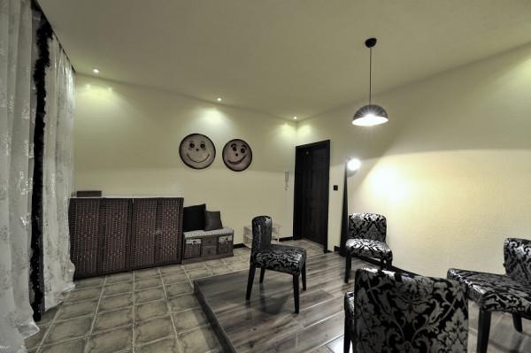 这套小楼层是整体设计装修,除电器外的所有(设计,人工,主材,辅材---地板,地砖,家具饰品,床上用品,浴具,厨具,沙发,餐桌,书柜书桌,灯饰花草,地毯等等的所有)只要是你看到的都是XY装饰的产品。