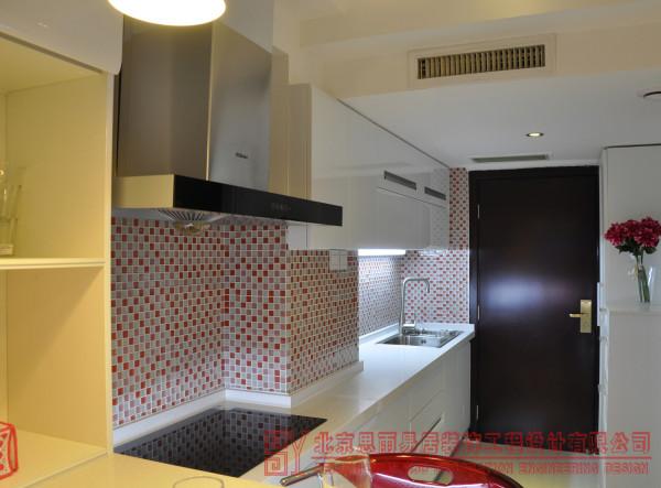 看到这张图会不会有人在想为什么不把灶台远离居室内呢?因为这套公寓本身是没有厨房的,这里是我们装修时后加出来的,所以考虑下水的问题,只能是从卫生间走最近的距离来增加了,这才把洗菜盆放到了门口。