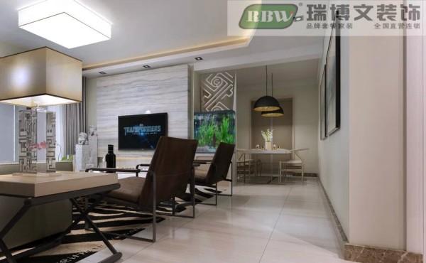 客厅和餐厅的中间方的是一个鱼缸和镂空的格栅。即是可以把客厅和餐厅的空间隔离开来,又能把,起到一个装饰的效果,改善风水
