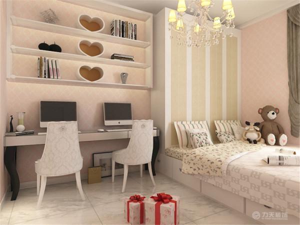 次卧放置的是榻榻米,利于储放衣物,扩大储存空间,靠墙放置了书桌,便于学习工作。壁纸采用粉色系,很是温馨、童真。地板是800×800的地砖