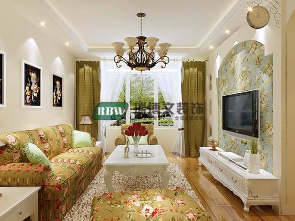 本案户型为三室两厅,格局紧凑。客厅墙壁以花色的无纺布壁纸为主,沙发背景墙置三联花鸟画与碎花布艺搭配做点题之意,做到意境上的对称突出田园气息