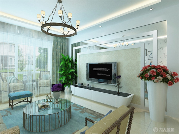 沙发则选用大地色,将两种冷暖色中和一下,不会使空间两极分化,更加柔和。在电视背景墙部分,用石膏板和镜子的拼接,使其凹凸有致,空间感十足,中间选用大的团花壁纸,让整体清新雅致