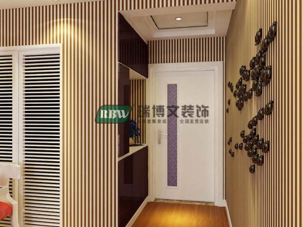 玄关由于留好玄关柜的位置根据位置定制玄关柜,门板采用反光较高的UV烤漆或玻璃烤漆门板,增加玄关的亮度